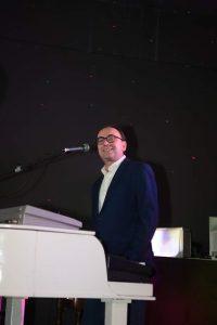 Paolo Milanesi In azione musica e canto